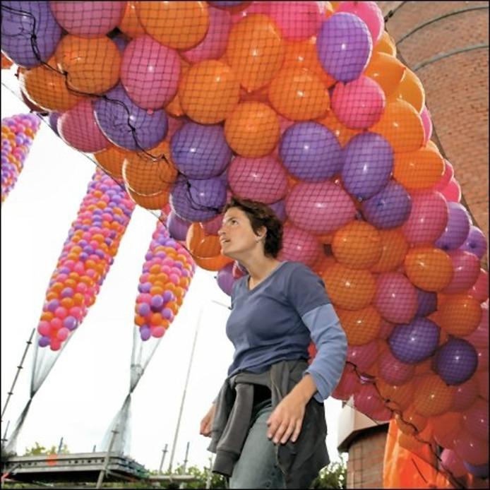 Honderden balonnen verlieten op verschillende tijdstippen de hoge schoorsteen van Nedalco. Marijke Maas (foto) is de beelden kunstenares die het spektakel bedacht heeft. foto Chris van Klinken/het fotoburo