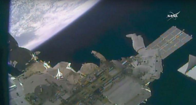 De astronauten maken een ruimtewandeling die ongeveer 6 uur zal duren.