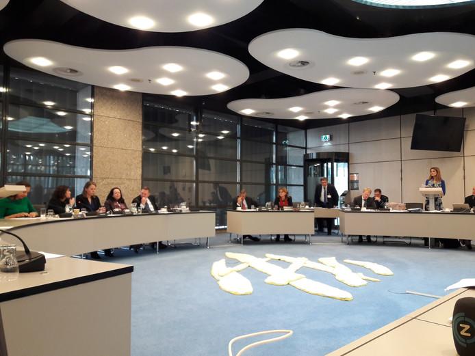 Staatssecretaris Visser (rechts) aan het woord in het overleg van de Tweede Kamercommissie voor Defensie.