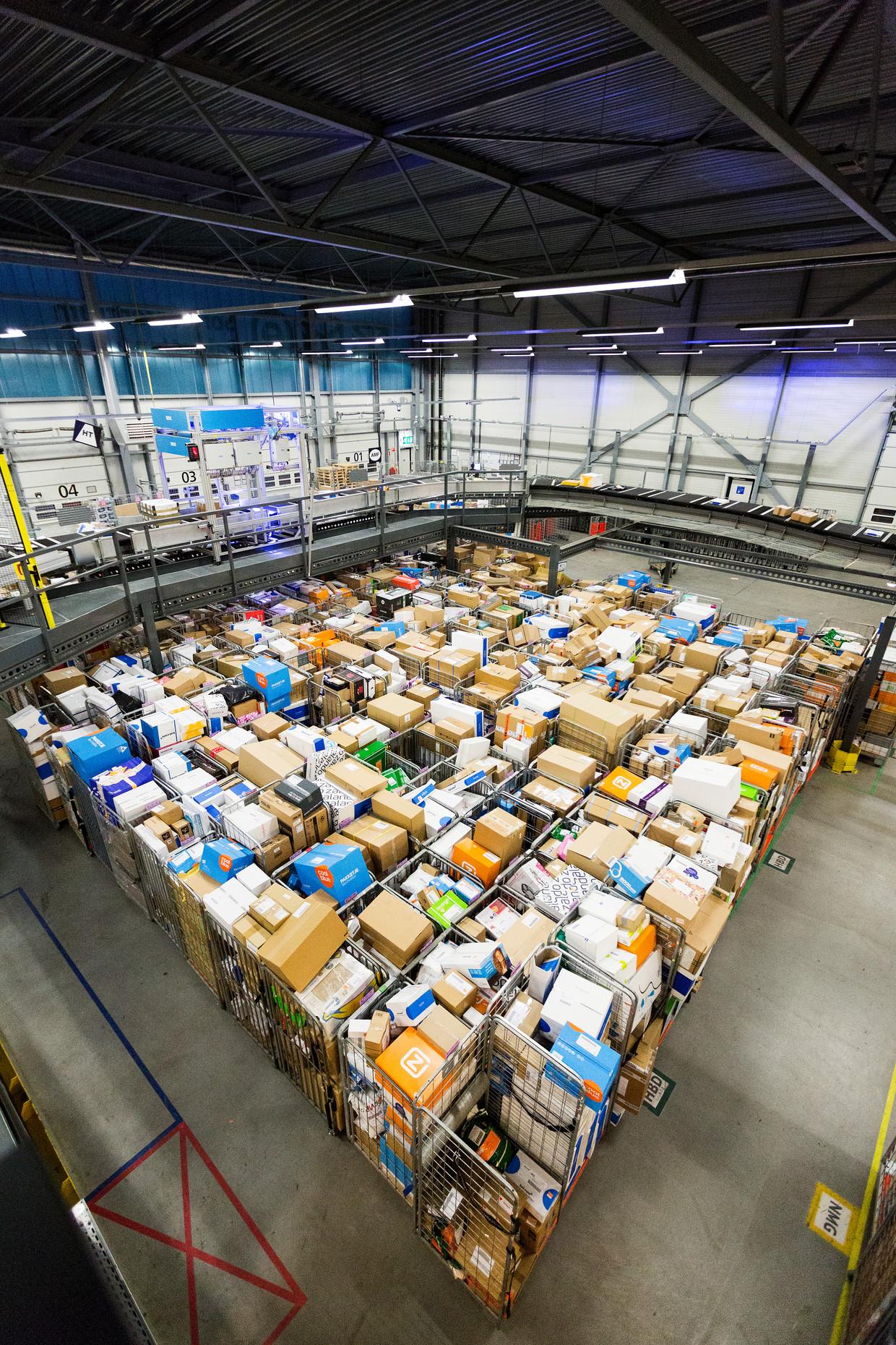 PostNL pakket sorteer centrum in Den Hoorn.