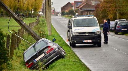 BMW slipt en knalt in gracht tegen paal