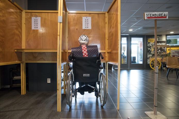 Wie in een rolstoel zit zou ook overal moeten kunnen stemmen. Hoewel de Kieswet dat nu eist, is het nog niet overal mogelijk. (archieffoto)
