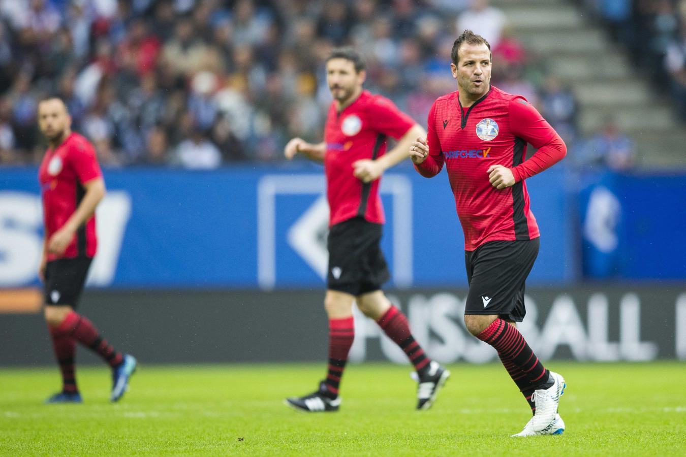 Mark van Bommel (midden) speelde ook mee in het afscheidsduel van Rafael van der Vaart (rechts).