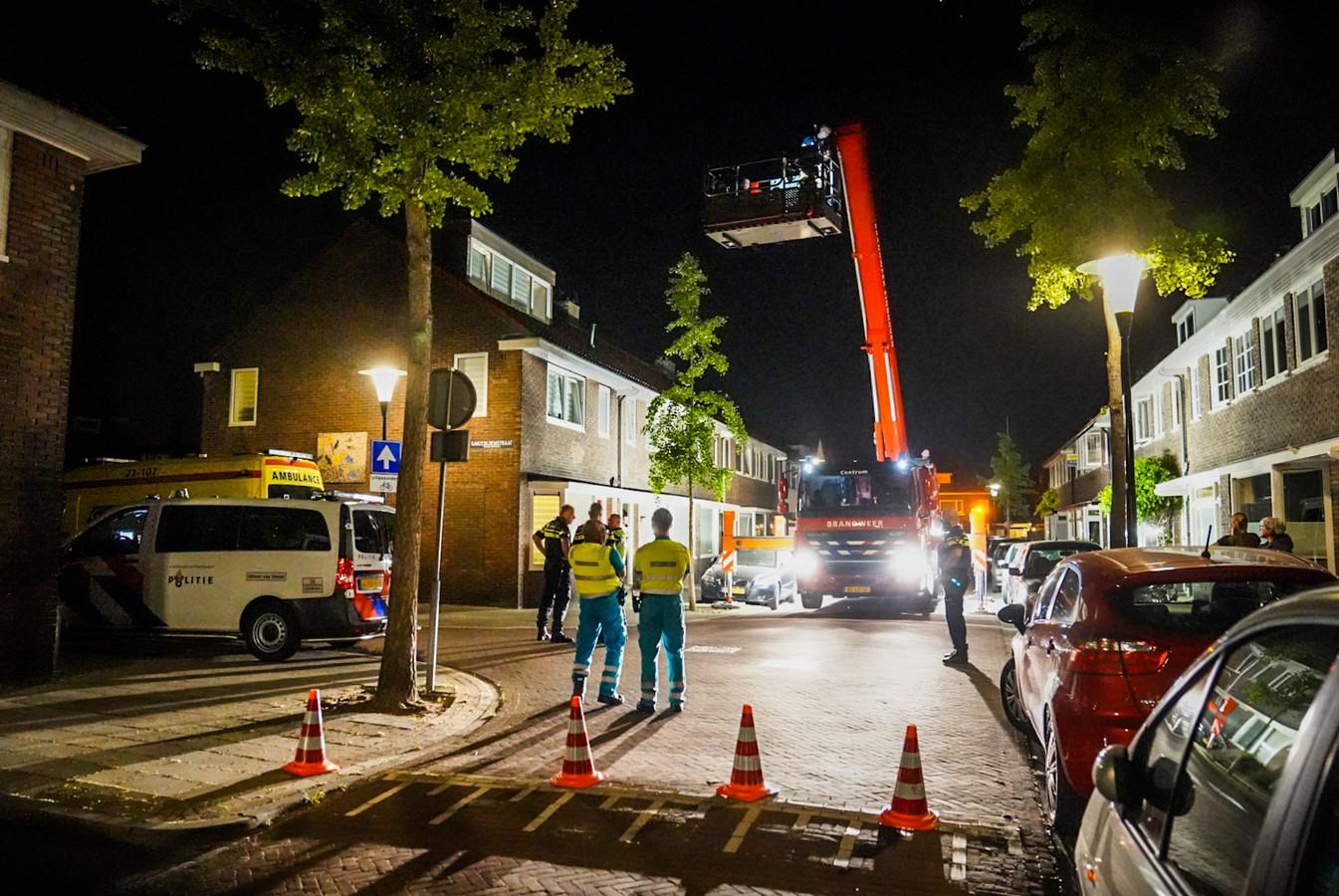 Een vrouw wordt door hulpdiensten van een dak van een Eindhovense woning gehaald.