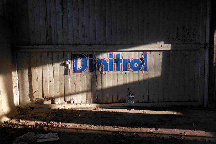 Logo antiroestmiddel Dinotrol bladdert af.