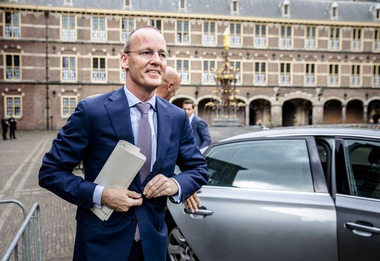 Klaas Knot op het Binnenhof. De president van De Nederlandsche Bank, hoeder van zuinige staatsfinanciën, vindt nu dat Nederland een staatsschuld van 75 procent 'goed kan hebben'.  Beeld ANP