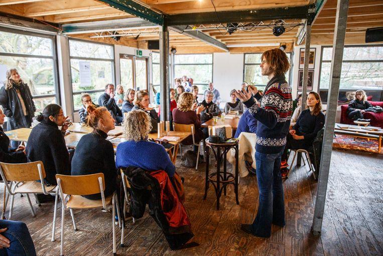 Zo'n vijftig mensen kwamen af op de workshop 'Voedselbosjes in de stad'. Beeld Tim Hillege