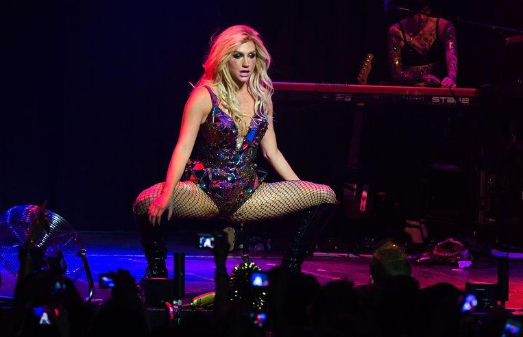 Kesha op het podium in Amsterdam.