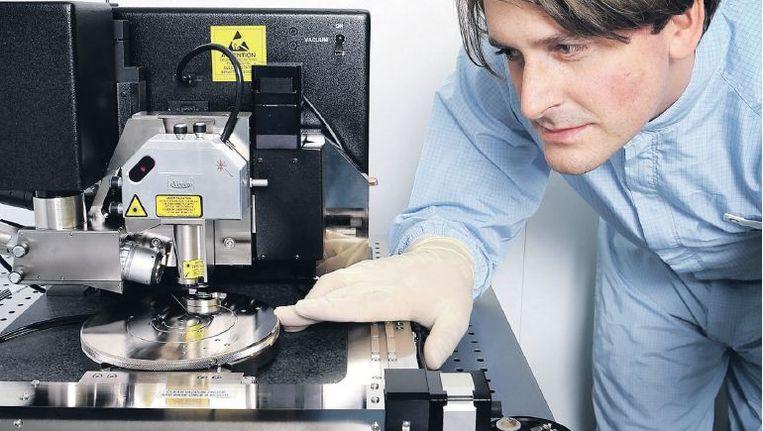 Vincent Fokkema bij de speciale microscoop die de minuscule celblaasjes detecteren kan. Beeld Jörgen Caris