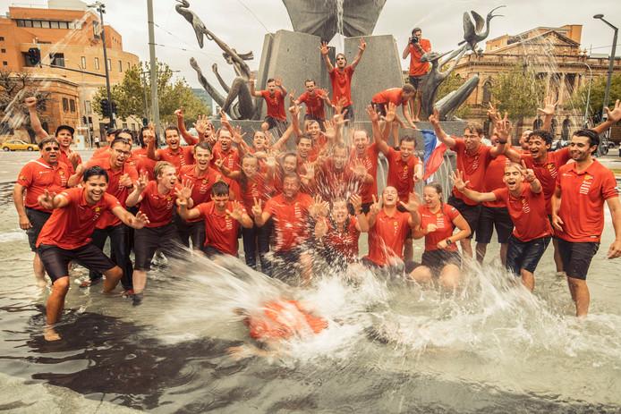 Foto: Hans-Peter van Veldhoven. Nuon Solar Team viert overwinning traditiegetrouw met een duik in de fontein.