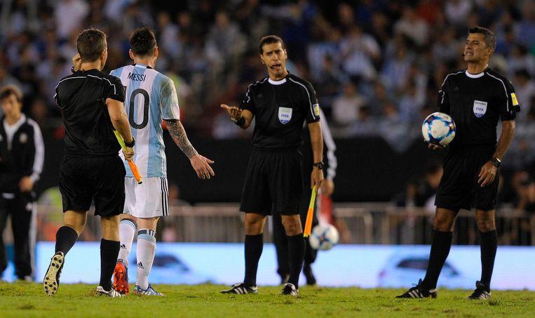 Messi heeft het in de wedstrijd tegen Chili aan de stok met de leiding. Beeld afp