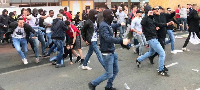 Fans breken door de hekken rond het Stadhuisplein.