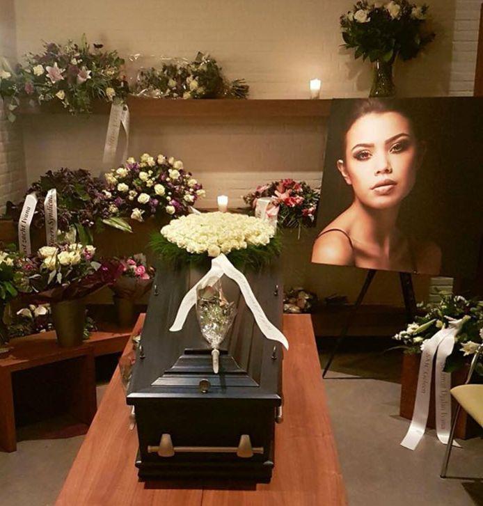 Heel wat bloemen rond de kist van het Vlaams-Nederlandse model Ivana Smit.