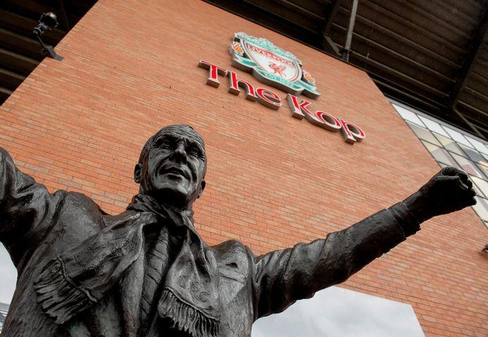 Het merendeel van de geestverwanten van Bill Shankly, zijn standbeeld is te zien op deze foto, zit op de Kop-tribune bij Liverpool.