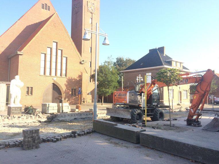 De verkeersdrempel voor de kerk van Madonna is verwijderd en zal worden uitgevlakt. Er komen zwarte klinkers in de plaats.