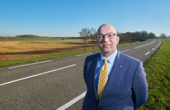 Alexander van Hattem, gemeenteraadslid, Statenlid en senator voor de PVV. Links op de foto het groen in 't Wild waar mogelijk windmolens komen.  Fotograaf: Van Assendelft/Jeroen Appels
