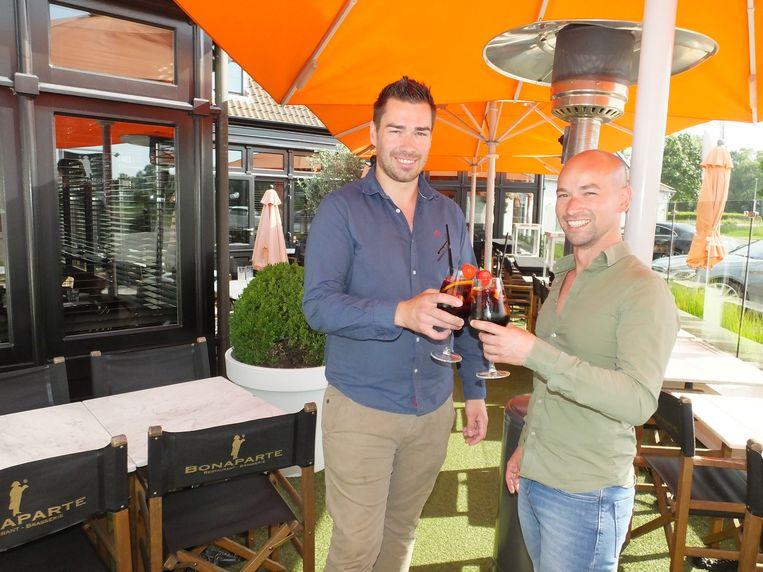 Pieter Claessens en Timothy Chalmet toosten met een glas sangria.