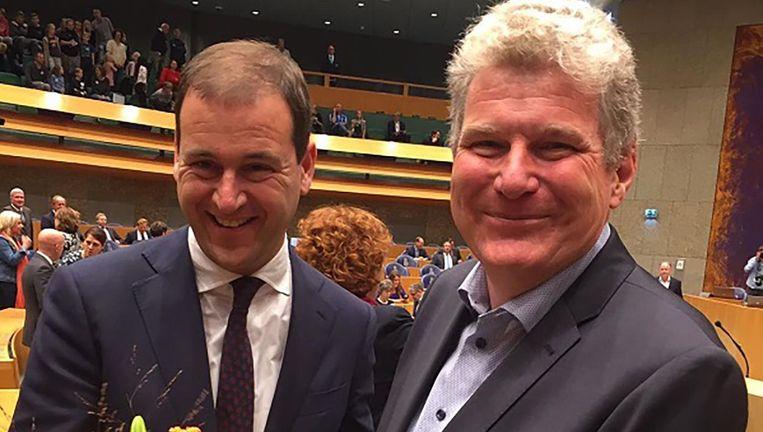 Bloemen van PvdA-leider Lodewijk Asscher voor William Moorlag na diens beëdiging als Tweede Kamerlid Beeld null