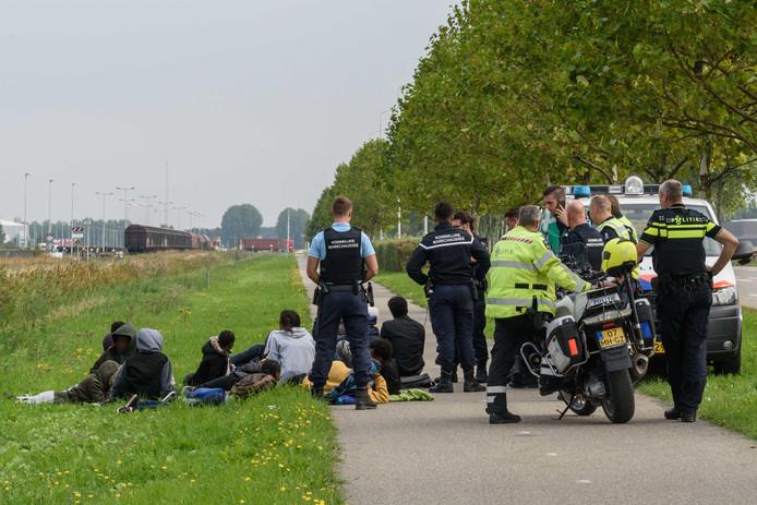 Een aantal Eritreeërs uit de Spaanse koelcontainer wordt aan de Zuidelijke Rondweg van Zeehaven Moerdijk opgehouden door de marechaussee.
