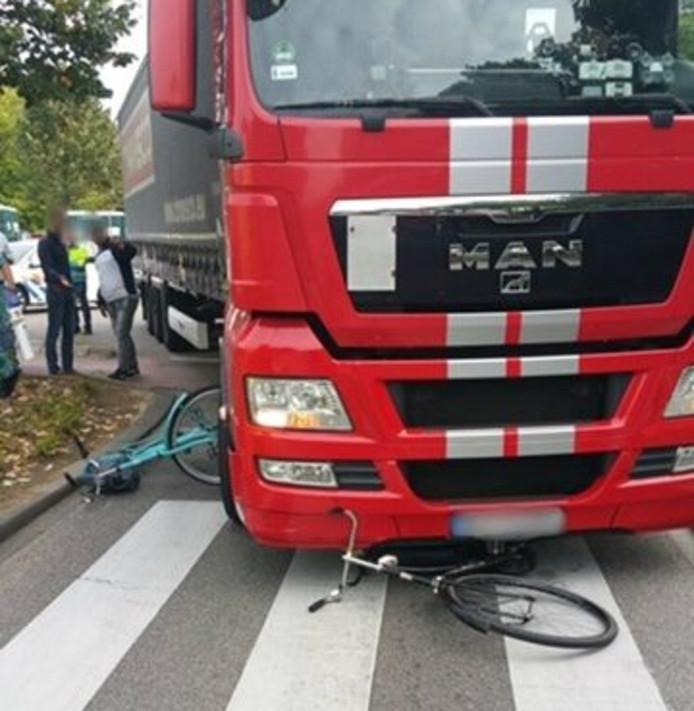 De vrachtwagen had de fietssters over het hoofd gezien.