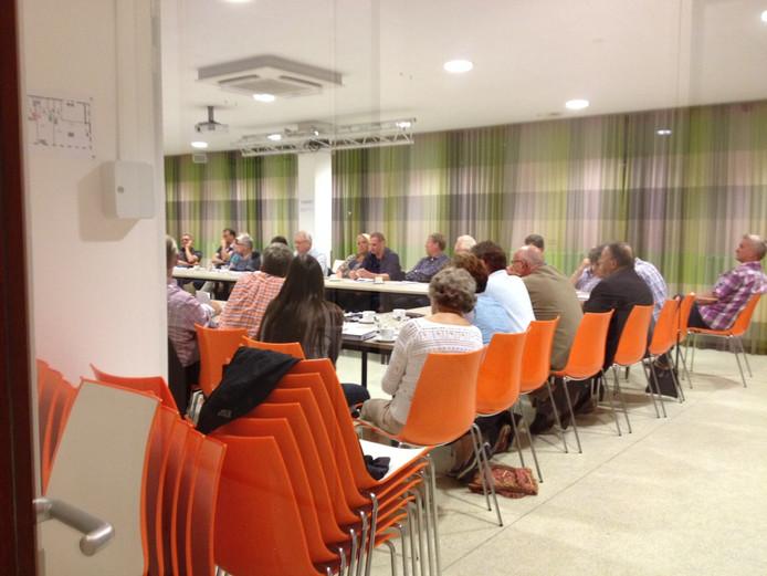 De ledenvergadering van Rosmalens Belang had achter gesloten deuren plaats in het Hevo-gebouw.