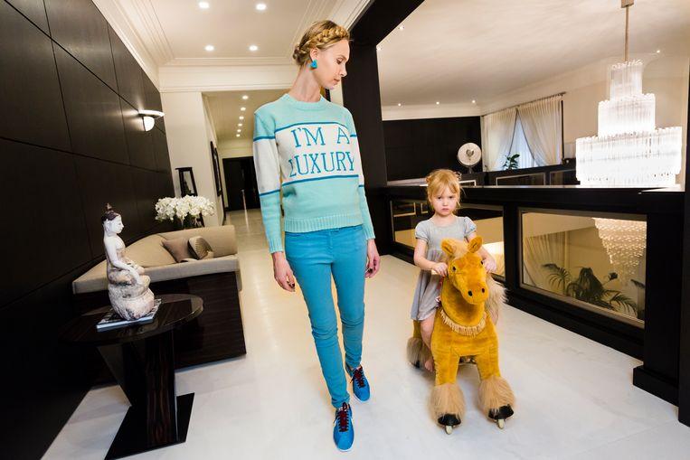 Iona met haar dochter Michelle in Moskou. De trui die ze draagt is gemaakt door haar vriend Andrey Artyomov, wiens kledinglijn Walk of Shame populair is onder vrouwen van oligarchen. Beeld Lauren Greenfield