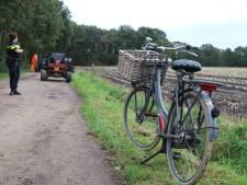 Buggy schept fietsster op zandweg in Putten