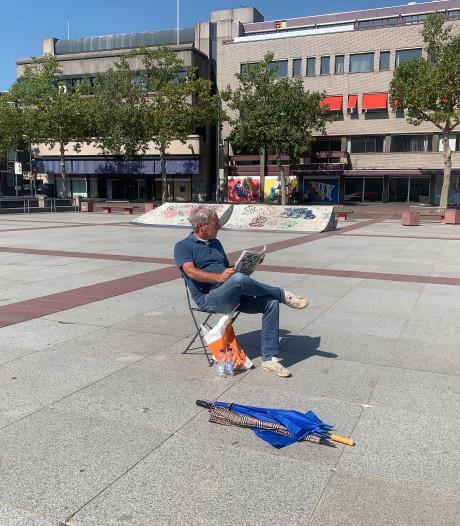 Weinig bekijks bij Pegida-demonstratie in Eindhoven: voorman leest krant in brandende zon
