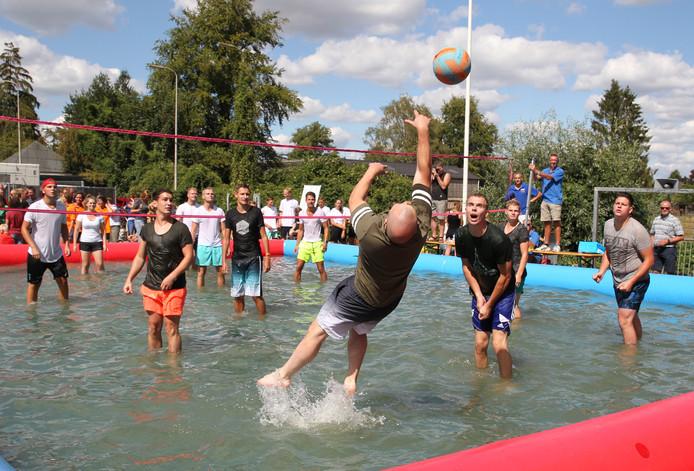 Het watervolleybal tijdens het Oranjefeest in Empe was een schot in de roos.