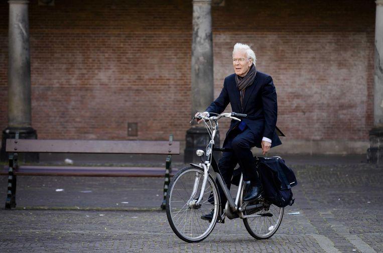Informateur Tjeenk Willink arriveert op de fiets op het Binnenhof. Beeld anp