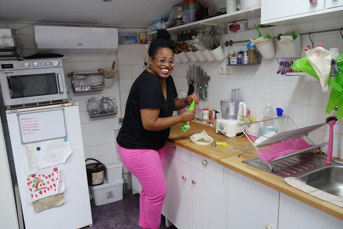 Rodinne, hier in haar eigen keuken, bakt binnenkort in de Performancefactory.