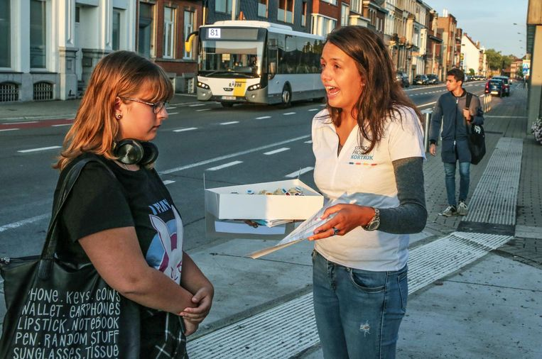 Anouk Rogge (links ) krijgt uitleg van een hostess.