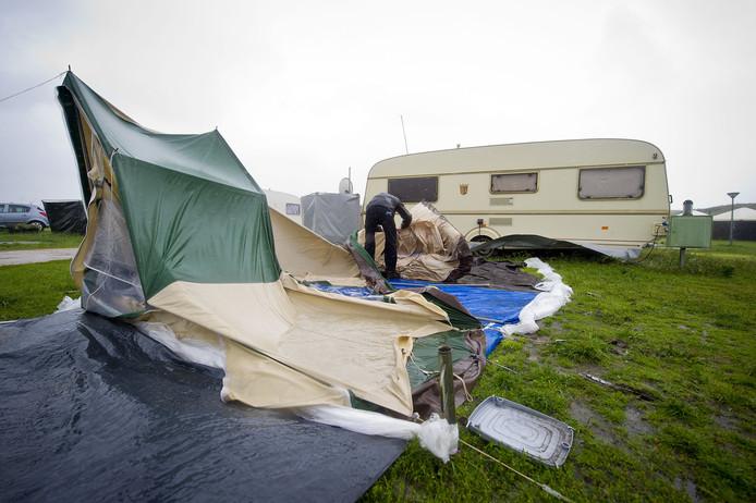 Een toerist breekt in 2010 zijn tent af om een camping te verlaten.