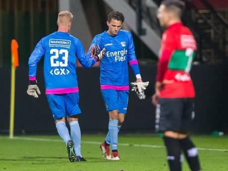 NEC-doelman Alblas verlaat geblesseerd het trainingsveld