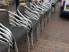 Stormloop op terrasstoelen van café De Engel in Oldenzaal