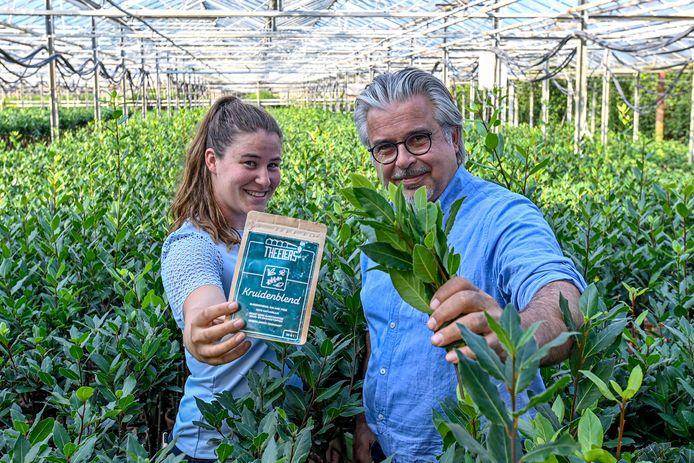 laurierteler Charl Goossens uit Nispel, met zijn dochter An in een van zijn kassen. Zij maken thee die goed is voor de bloedsuikerspiegel.