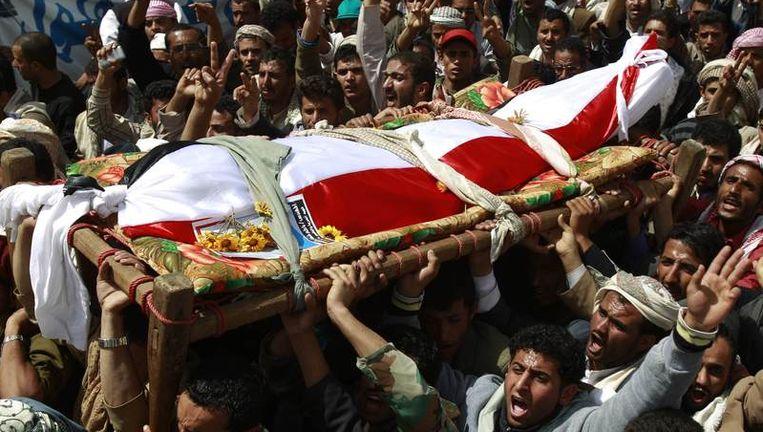 Beelden van de protesten en de herdenkingen van eerder in Jemen omgekomen betogers, vandaag (boven en onder). Beeld reuters