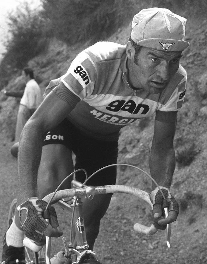 Raymond Poulidor in 1974 in de zestiende etappe van de Tour de France.