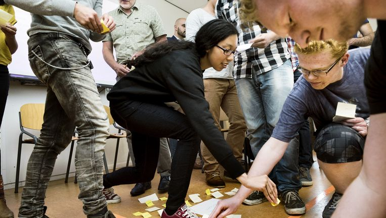 Ucademy-studenten van Avans Hogeschool in Breda zijn met post-its in de weer tijdens de zelfbedachte les `macht en controle`. Beeld Sanne De Wilde