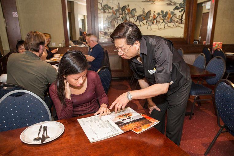 Sun Li bij restaurant Hoi Tin op de Zeedijk. 'Wij zijn Hakka, geen Cantonezen. Bij Hoi Tin werken ook Hakka-Chinezen in de keuken.' Beeld Dingena Mol