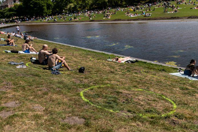 Om mensen een handje te helpen zijn in het Westerpark 1,5 metermarkeringen geplaatst.
