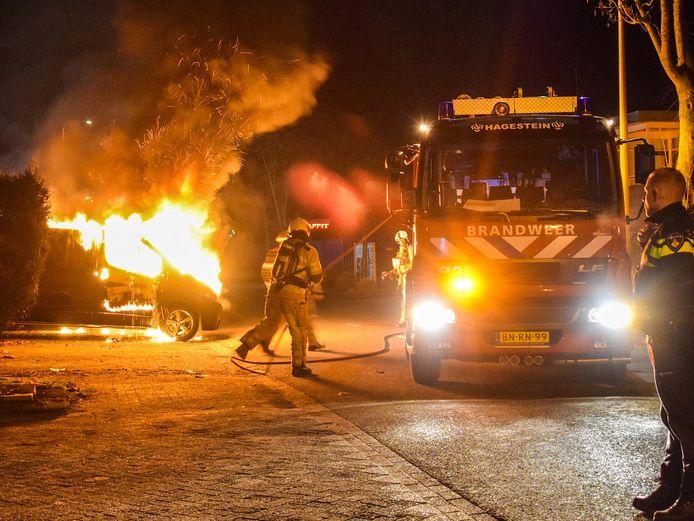 De brandweer was snel ter plaatse maar kon niet voorkomen dat de geparkeerde busjes zwaar beschadigd raakten door de brand.