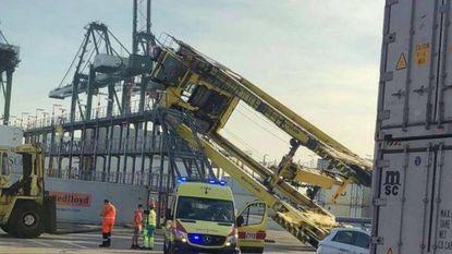 Chauffeur in opleiding doet containerkraan kantelenw