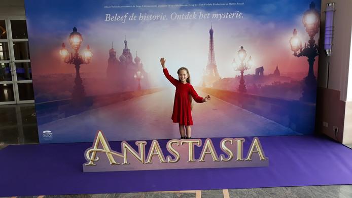 Mimi voor de poster van de musical Anastasia.