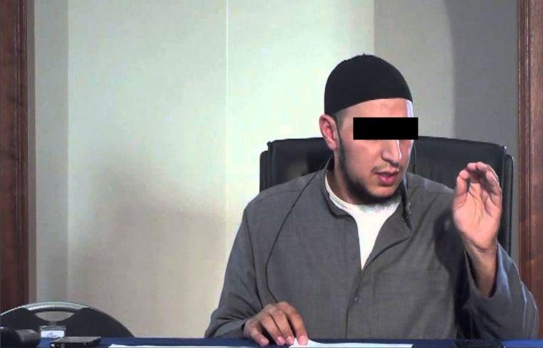 Online preekt 'Abou Hafs' op allerlei platforms voor de zaak van moslims. Beeld YouTube