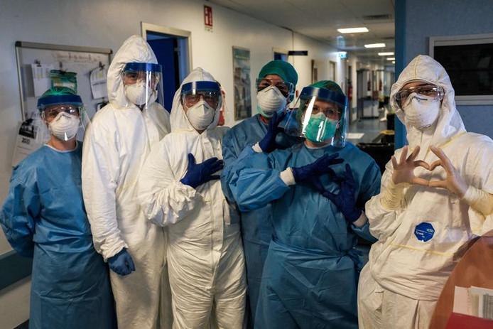 Archives: solidaires, les infirmiers de Cremona forment des cœurs avec les doigts au début de leur shift pénible