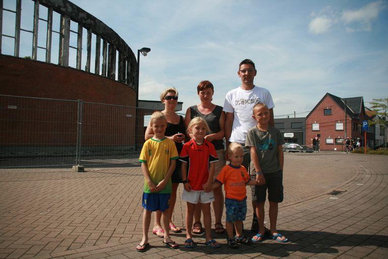 De brand in de voormalige parochiekerk aangestoken¿¿Buurtbewoners Pieter Alliet, Kathy Allaert, Inge Baert en hun kinderen.