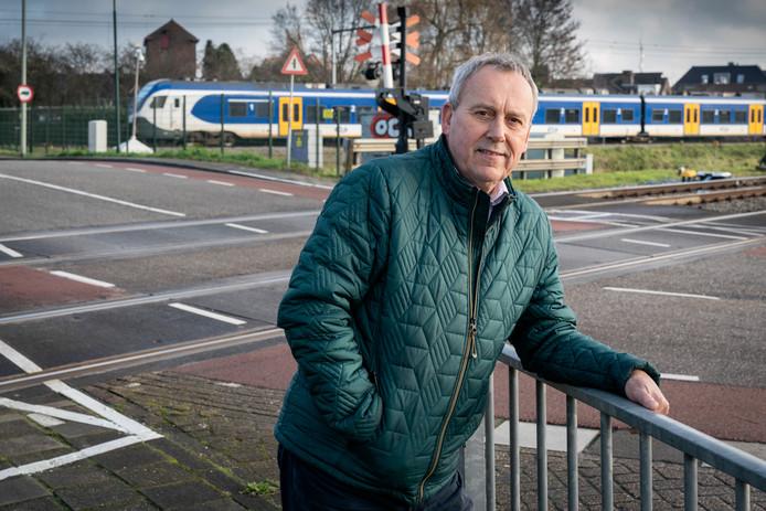 Nederland,  Boxtel, wethouder Herman van Wanrooij bij het Boxtels knelpunt van verkeer en spoorwegovergang bij Tongeren.