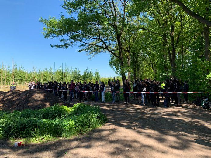 Actievoerders roepen leuzen bij een boerderij in Boxtel.