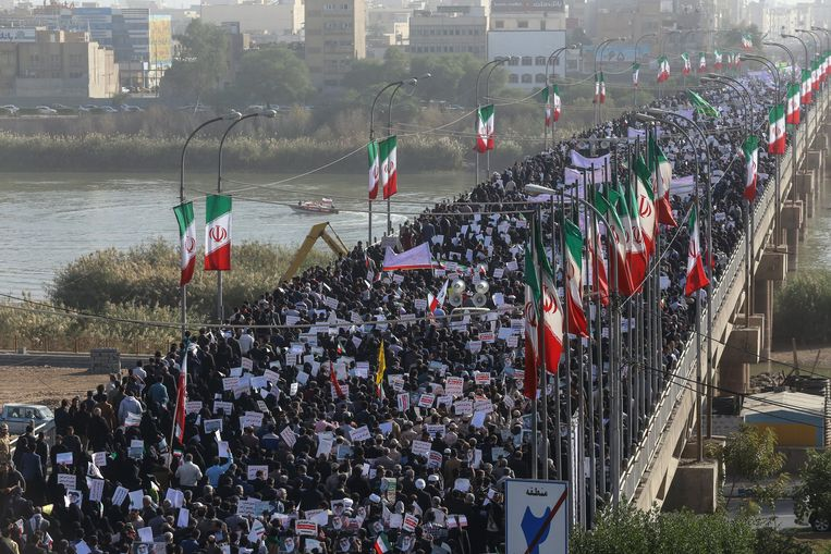 Voorstanders van de regering demonstreren vandaag onder meer in Ahvaz, in het zuidwesten van Iran. Beeld EPA